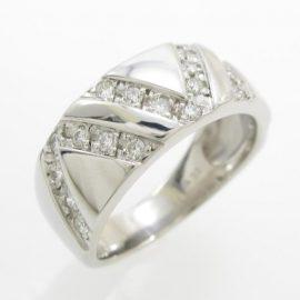 V字模様のダイヤリング