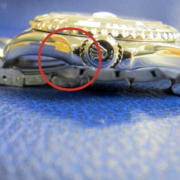 7b8aba884d もし時計のフェイスを仰向けにし、裏蓋の後ろに何も挟まない状態で時計を置くと、留め具が裏蓋に当たって傷がついてしまいます。